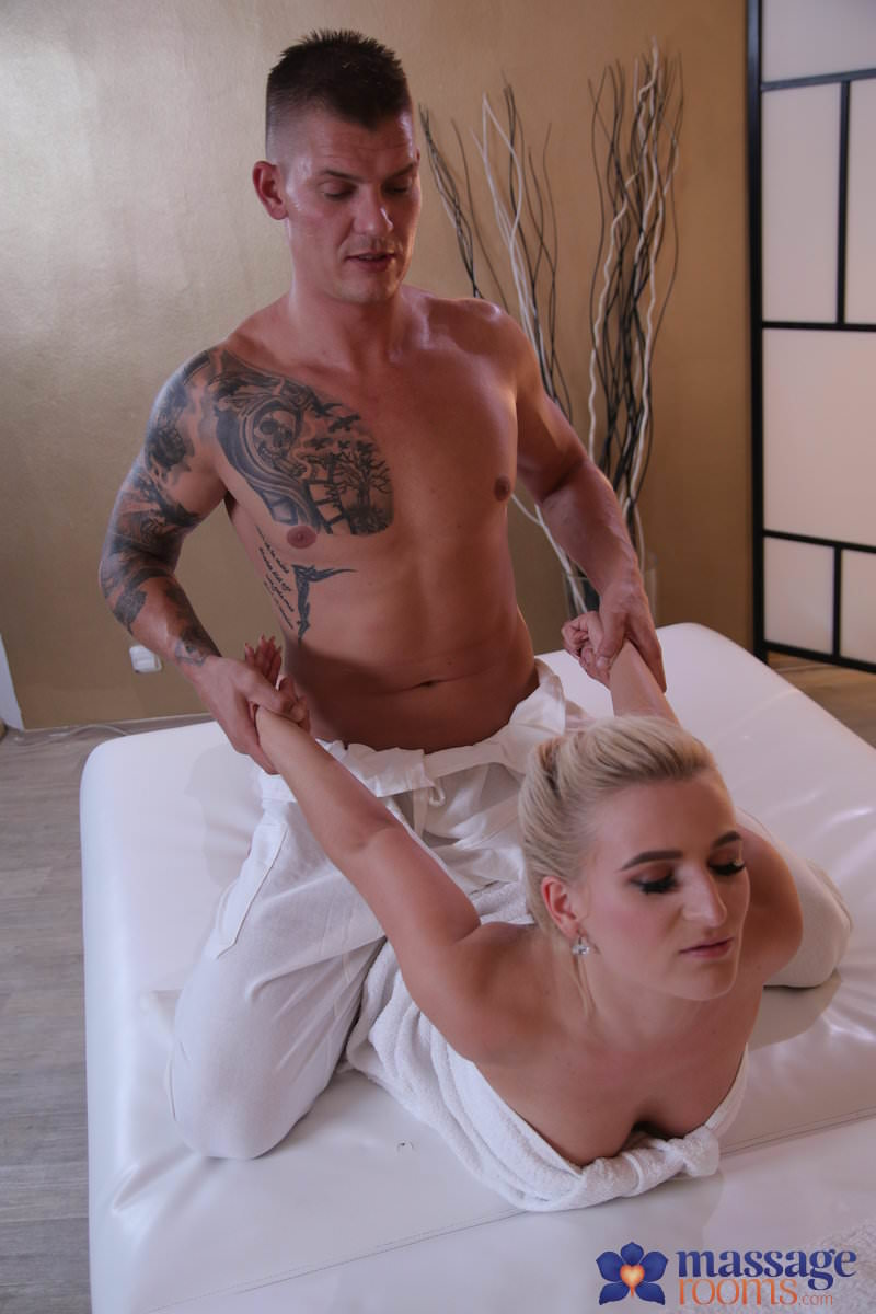 MassageRooms : Multiple squirting for Czech blonde –  Sandra Bell